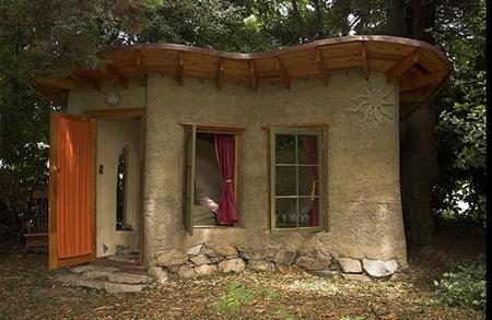 Alternative building techniques cobb house construction for Alternative home building methods